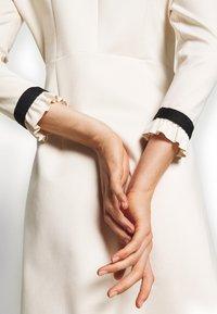 TWINSET - MIT RÜSCHEN - Strikket kjole - white - 4