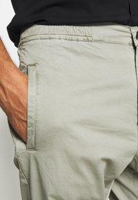 Denham - CARL - Pantalones chinos - shadow green - 4