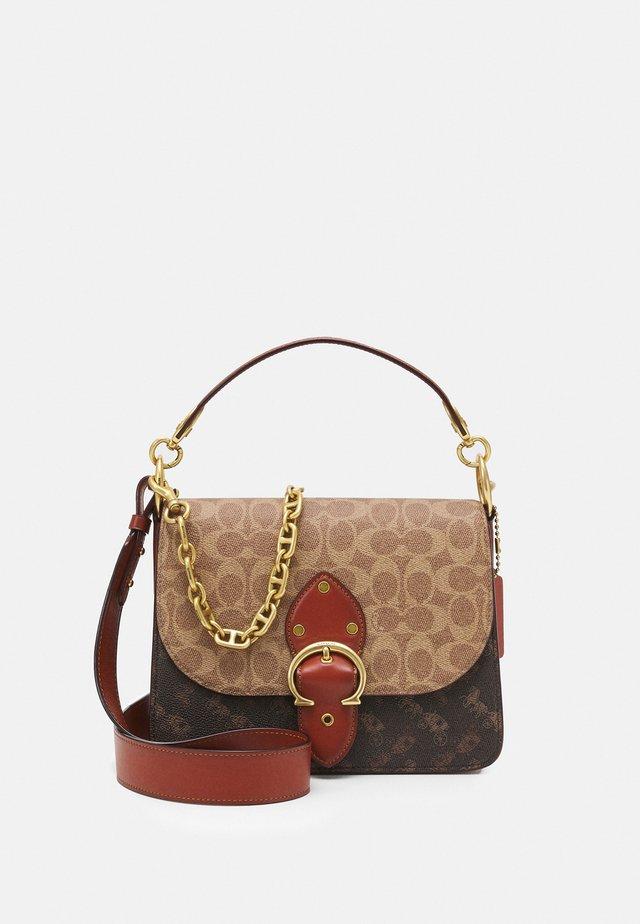 SIGNATURE CARRIAGE BEAT SHOULDER BAG - Handtasche - tan/brown/rust