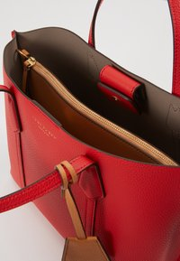 Tory Burch - PERRY SMALL TRIPLE COMPARTMENT TOTE - Borsa a mano - brilliant red - 4