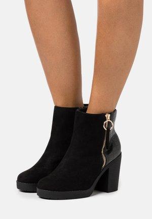 WIDE FIT ABBY SIDE ZIP BOOT - Kotníková obuv na vysokém podpatku - black