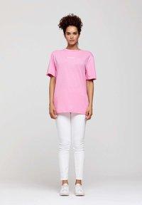 ROCKUPY - Print T-shirt - pink - 0