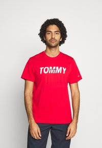 Tommy Jeans - LAYERED GRAPHIC TEE  - T-shirt con stampa - deep crimson - 0