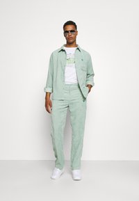 Vintage Supply - RELAXED TROUSER WITH YIN YANG EMBROIDERY UNISEX - Trousers - green - 1