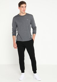 Lacoste Sport - CLASSIC PANT - Träningsbyxor - black - 1