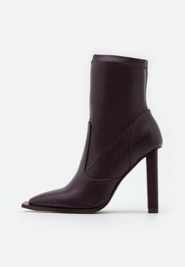 LAVINIA - Kotníková obuv na vysokém podpatku - plum