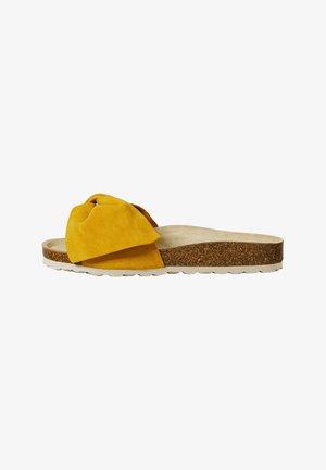 SANDALEN MIT RAULEDER UND KNOTEN 11246580 - Pantofle - mustard yellow