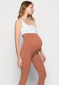 Pieces Maternity - PCMRENNY SEAMLESS LEGGING LOUNGE  - Leggingsit - russet - 3