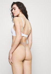 Calvin Klein Underwear - THONG - Thong - honey almond - 2