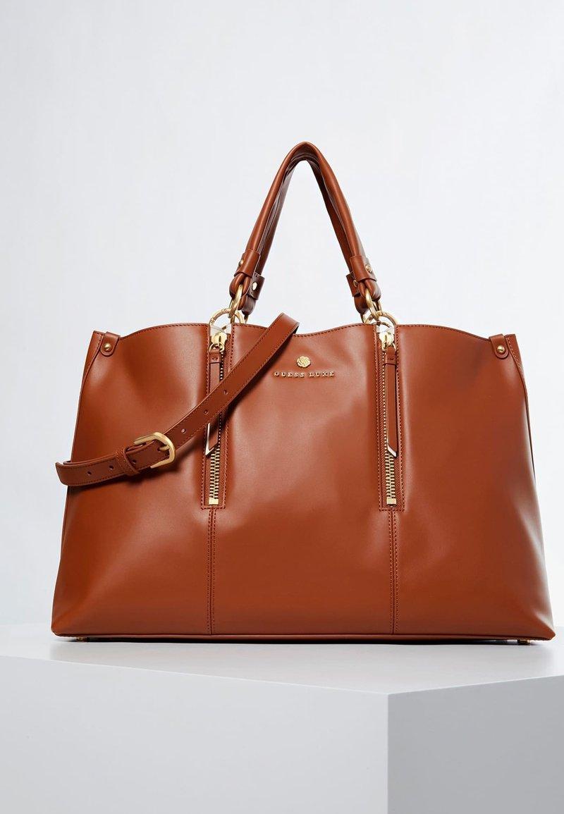 Guess - HANDTAS LAPIS ECHT LEER LUXE - Handbag - светло-коричневый