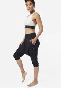 Reebok - COMBAT STRIKER PANTS - Shorts - black - 1