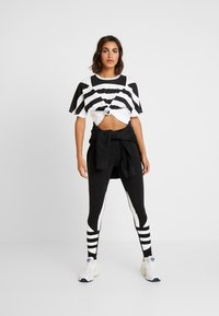 adidas Originals - LARGE LOGO ADICOLOR LARGE LOGO TIGHT TIGHTS - Leggings - Trousers - black/white - 1