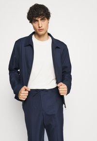 Isaac Dewhirst - HARRINGTON JACKET DRAWCORD TROUSERS SET - Summer jacket - dark blue - 2