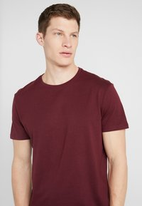 Pier One - 2 PACK - T-shirt basique - bordeaux - 4