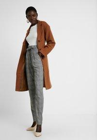 Vero Moda Tall - VMEVA LOOSE PAPERBAG CHECK PANT - Pantalon classique - grey/white - 1