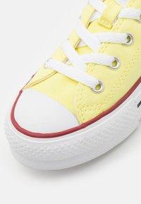 Converse - CHUCK TAYLOR ALL STAR LIFT - Zapatillas - light zitron/white/black - 5