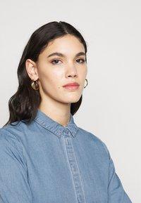 Vero Moda Tall - VMMARIA FRILL DRESS - Denimové šaty - light blue denim - 3