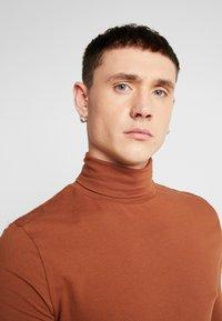 Topman - ALMOND ROLL NECK - Topper langermet - brown - 4