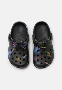 Crocs - CLASSIC OUT OF THIS WORLD - Sandály do bazénu - black - 3