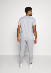 Nike Performance - PANT CAPRA - Pantaloni sportivi - particle grey/black - 2