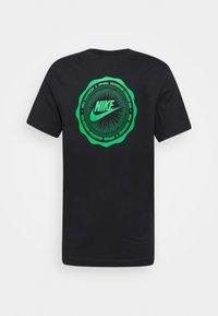 Nike Sportswear - M NSW SS TEE BTS FUTURA - Triko spotiskem - black - 0
