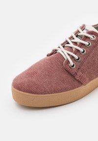 Pompeii - HIGBY VEGAN UNISEX - Sneakersy niskie - rouge - 5