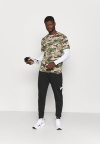 Nike Performance - TEE CAMO - T-shirt con stampa - khaki - 1