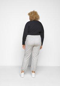 Pieces Curve - PCRELINO PANTS LOUNGE - Tracksuit bottoms - light grey melange - 2