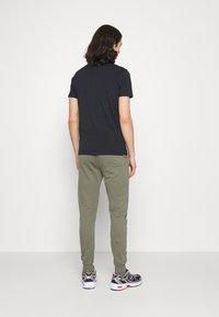 CLOSURE London - SIGNATURE 2 PACK - Tracksuit bottoms - black/khaki - 2