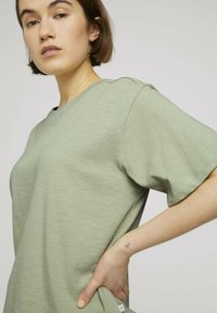 TOM TAILOR DENIM - Basic T-shirt - light dusty green - 3