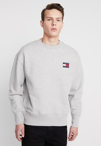 Tommy Jeans - BADGE CREW UNISEX - Bluza - grey - 0