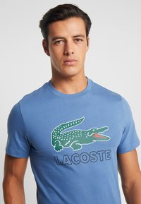 Lacoste - T-shirt med print - rois - 4