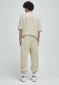 PULL&BEAR - Pantalon de survêtement - beige - 2
