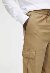 PULL&BEAR - Pantaloni cargo - brown - 4