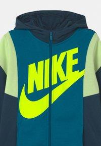 Nike Sportswear - CORE AMPLIFY - Sudadera con cremallera - deep ocean/green abyss/volt - 2
