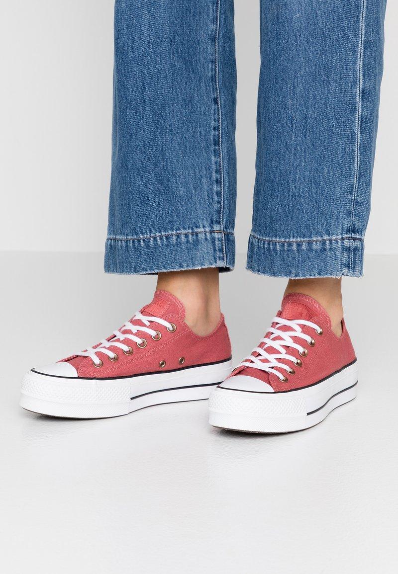 Converse - CHUCK TAYLOR ALL STAR LIFT SEASONAL - Sneakers laag - light redwood/white/black