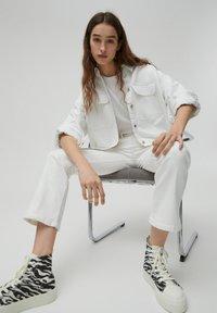 PULL&BEAR - Jeans a zampa - white - 6