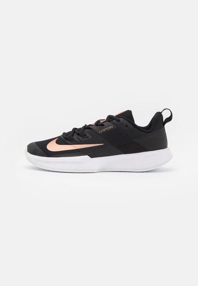 COURT VAPOR LITE - Chaussures de tennis toutes surfaces - black/metallic red bronze/white
