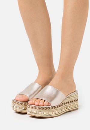 Pantofle na podpatku - bronze