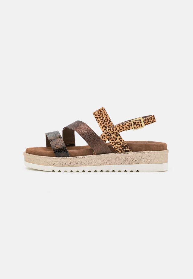 Sandały na platformie - copper