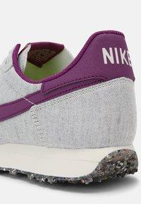 Nike Sportswear - CHALLENGER OG UNISEX - Trainers - white/grey/dark red - 8