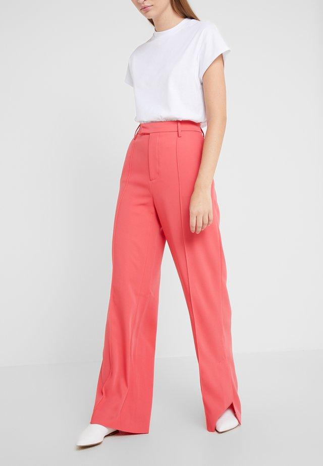 LYN - Kalhoty - geranium
