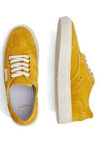 M. Moustache - ALEXANDRA - Sneakers laag - mustard - 1