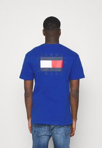 Tommy Jeans - BOX FLAG TEE - T-shirt con stampa - blue - 2