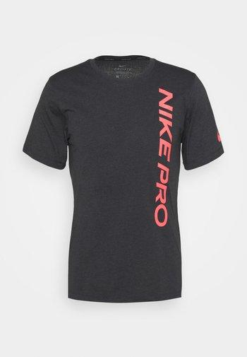BURNOUT - T-shirt med print - black/bright crimson