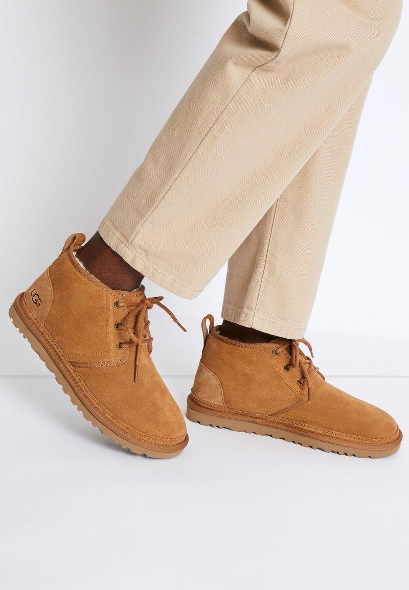UGG - NEUMEL - Boots à talons - chestnut