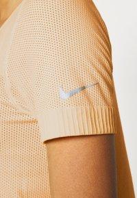 Nike Performance - W NK INFINITE TOP SS GX - T-shirts med print - topaz gold - 5