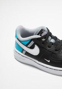 Nike Sportswear - FORCE 1 LV8  - Sneakers - black/white/light current blue/wolf grey - 2