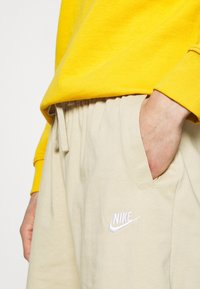 Nike Sportswear - CLUB - Shortsit - grain/white - 4