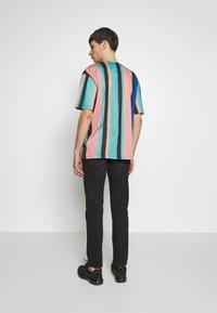 Karl Kani - UNISEX SIGNATURE STRIPE TEE - Triko spotiskem - turquoise/black/blue/pink - 2